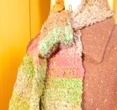 かぎ針編みのショートマフラー
