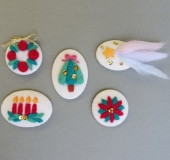 フェルトパンチャーでつくる羊毛刺しゅうのブローチ~クリスマス