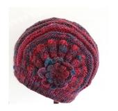 花モチーフ付きの帽子