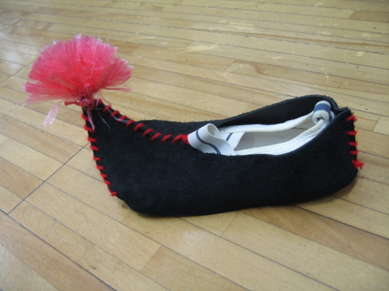 靴屋のおじいさんが、お店の靴を作ってくれたお礼に、こびとに靴を作ってあげるのですが、実際に履いて踊れるように、こびと役の子どもたちの上履きにかぶせるタイプの